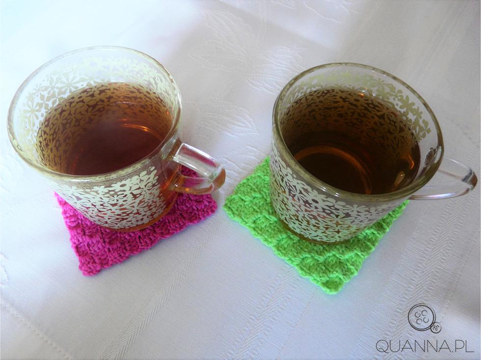 kolorowe podkładki robione na szydełku i herbata